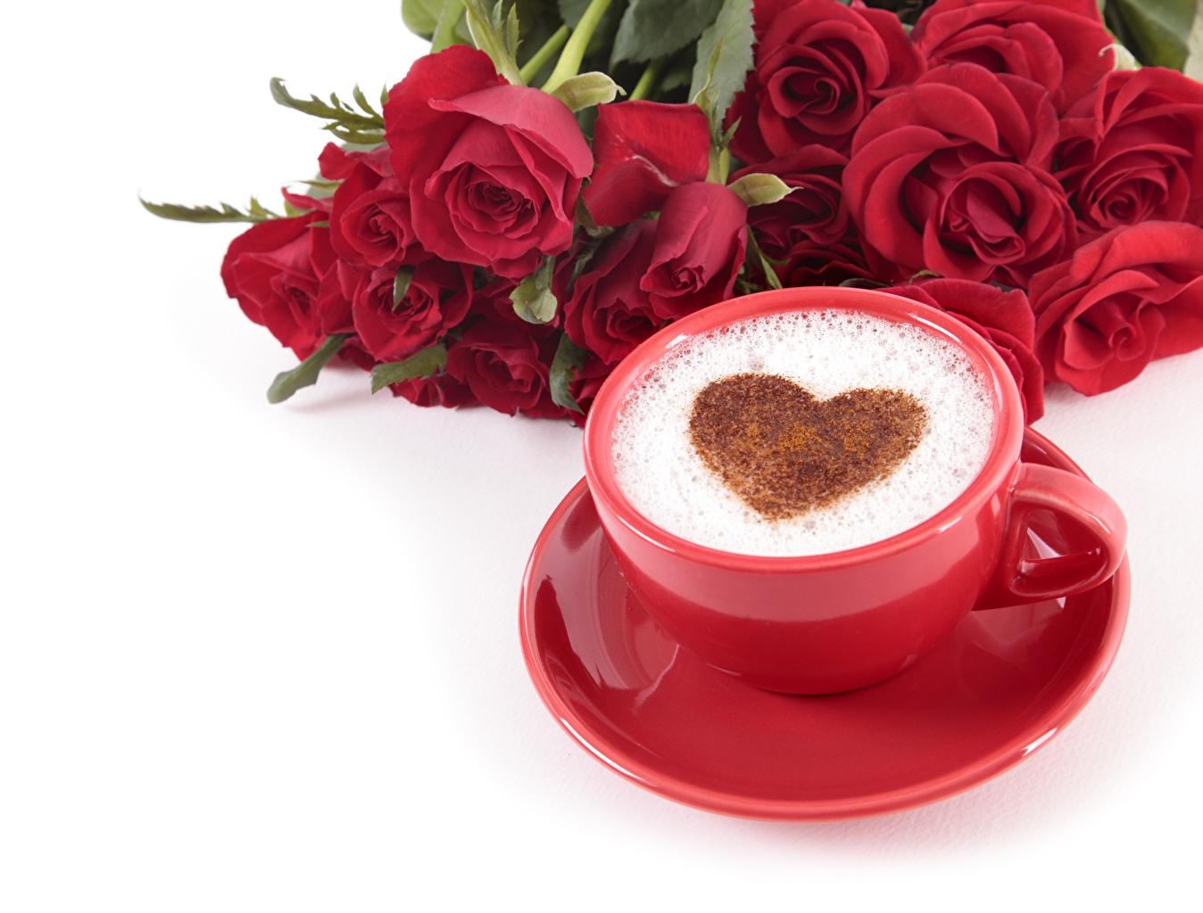 Фотография День всех влюблённых Сердце Кофе Капучино Еда чашке блюдца белом фоне День святого Валентина серце сердца сердечко Пища Чашка Блюдце Продукты питания Белый фон белым фоном