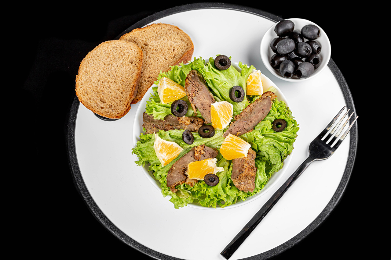Фотографии Оливки Хлеб Еда Овощи Тарелка Вилка столовая на черном фоне Мясные продукты Пища вилки тарелке Продукты питания Черный фон