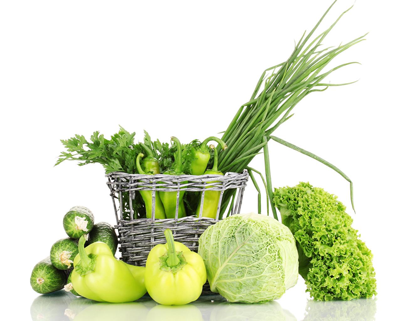 Фото Огурцы Зеленый Капуста корзины Еда Перец Овощи Белый фон зеленых зеленые зеленая Корзина Корзинка Пища Продукты питания белом фоне белым фоном
