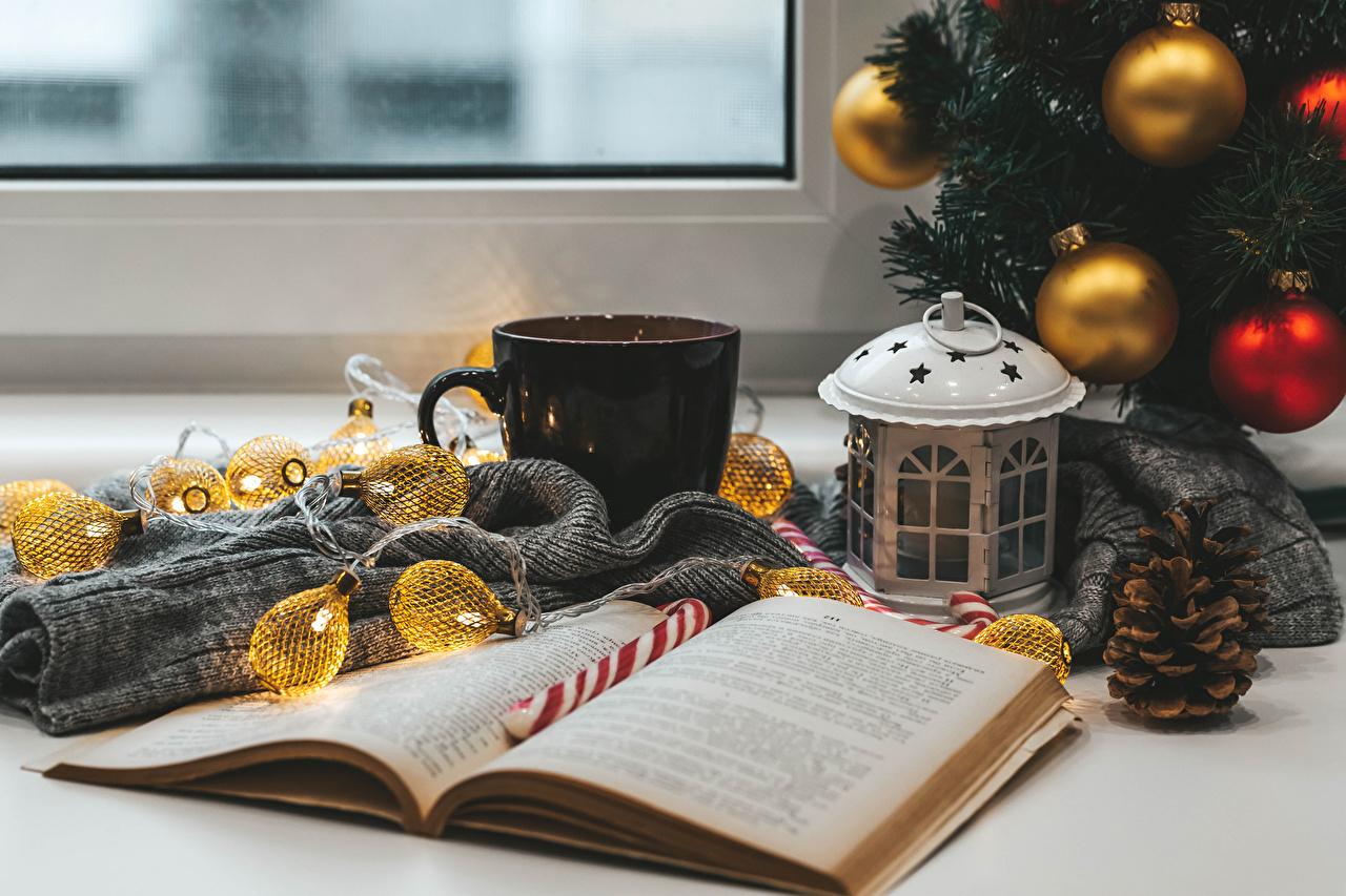 Фотография Рождество книги Шишки Шарики кружке Электрическая гирлянда Натюрморт Новый год Шар Книга шишка кружки Кружка Гирлянда