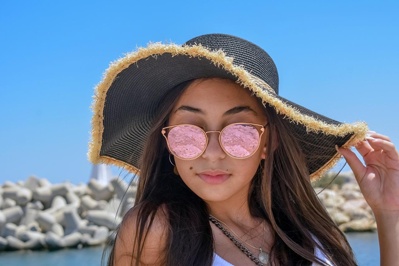 Картинки шатенки Шляпа Девушки Очки рука Шатенка шляпы шляпе девушка молодая женщина молодые женщины Руки очков очках