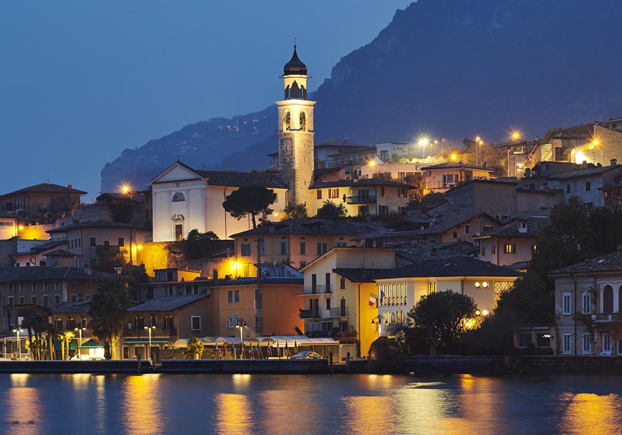 Фото Италия Limone sul Garda Храмы Залив Ночные Уличные фонари город Здания храм Ночь ночью в ночи залива заливы Дома Города