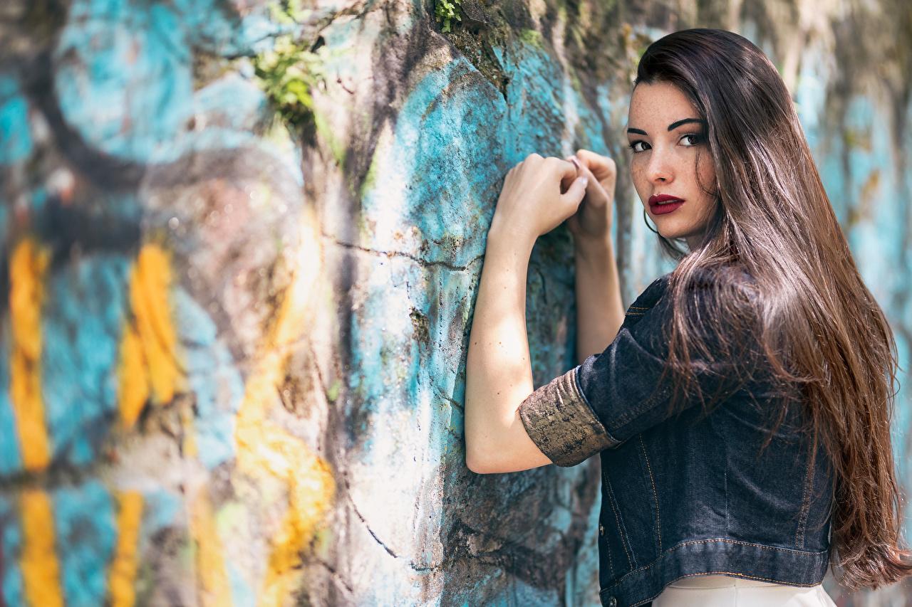 Картинки позирует волос Девушки рука Стена смотрят Поза Волосы девушка молодые женщины молодая женщина Руки стены стене стенка Взгляд смотрит