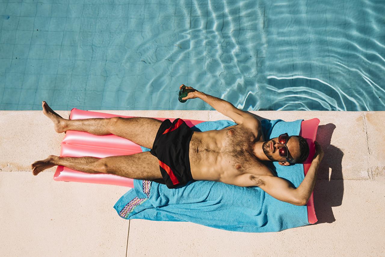 Простые фото мужчин в бассейне, Правда или фейк? Мужчины голые, женщины в купальниках 21 фотография
