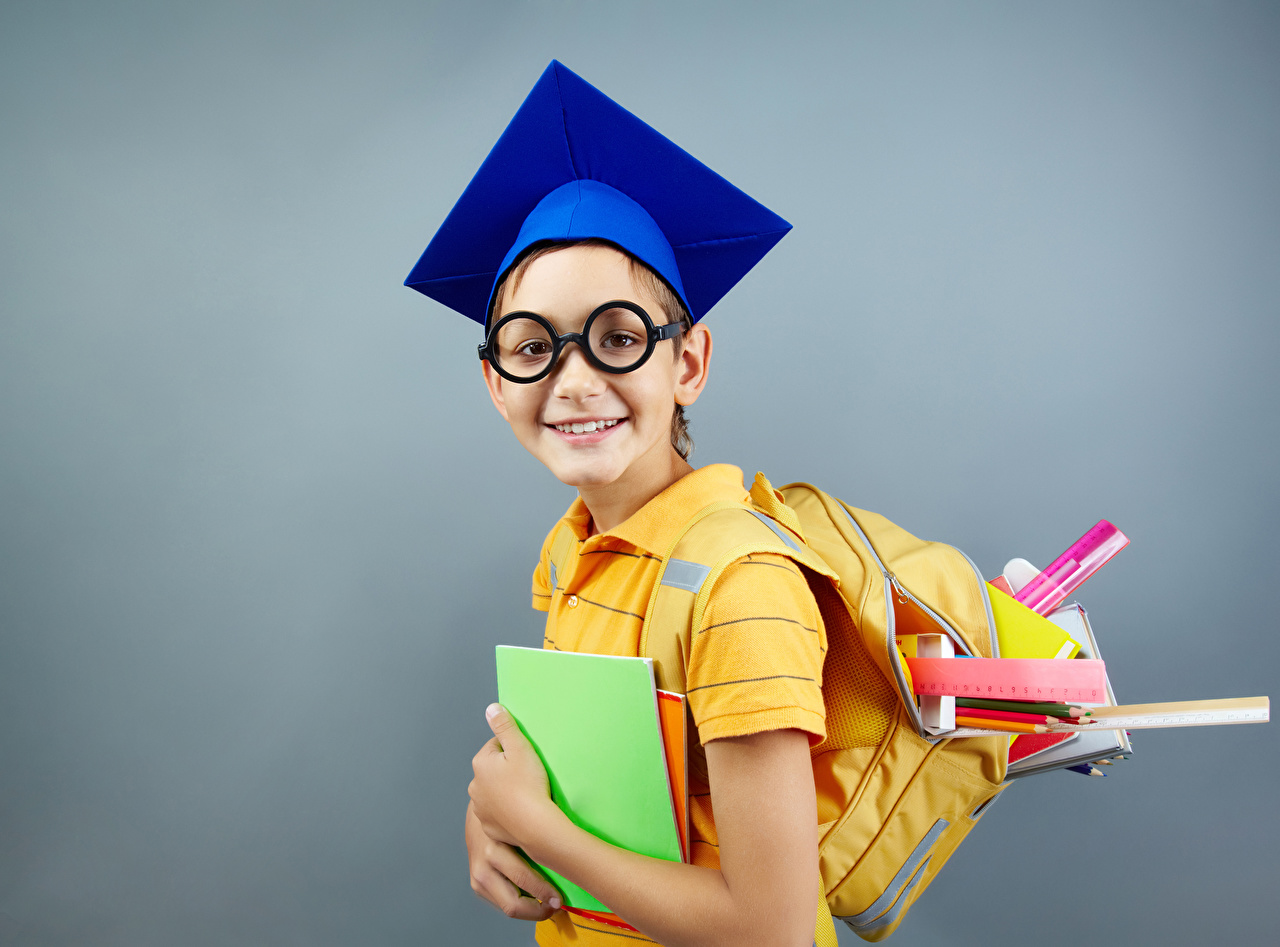 Фото мальчишка Школа Рюкзак ребёнок Тетрадь очков сером фоне мальчик Мальчики мальчишки школьные Дети Очки очках Серый фон