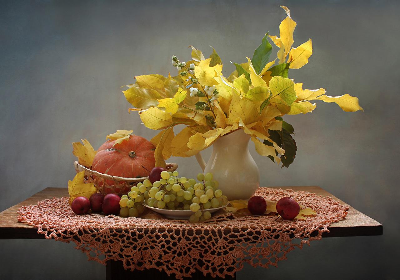 Картинки Листья Тыква Осень Яблоки Виноград вазе стола Продукты питания Натюрморт лист Листва осенние Еда Пища вазы Ваза Стол столы