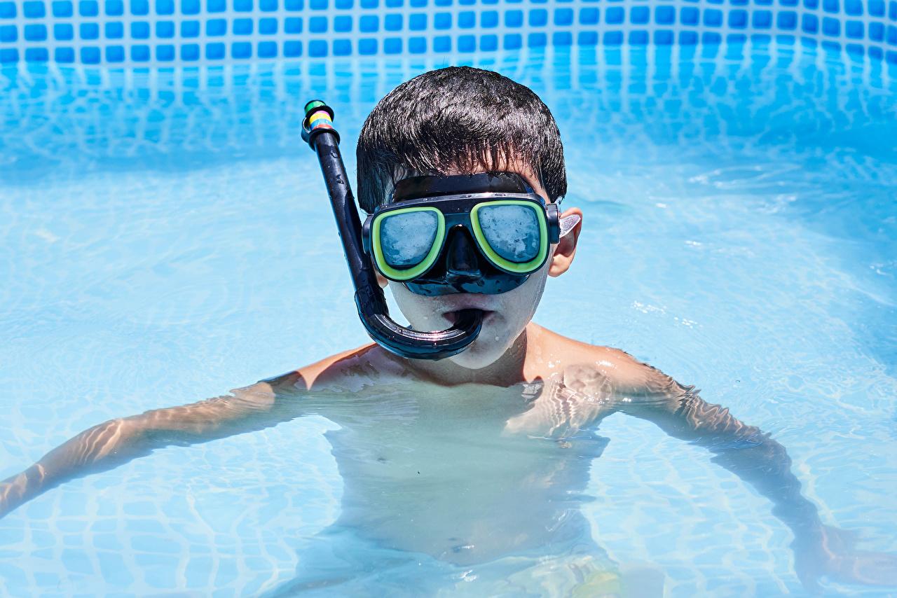 Обои для рабочего стола мальчишка Плавательный бассейн Дети Очки мальчик Мальчики мальчишки Бассейны ребёнок очков очках