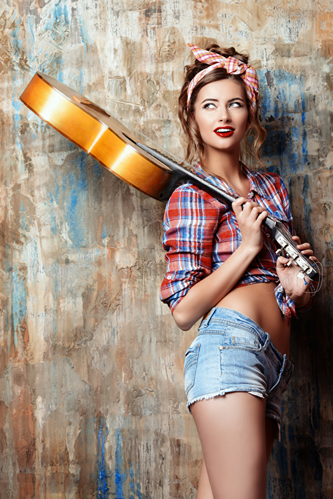 Картинка шатенки Гитара Рубашка молодые женщины Шорты  для мобильного телефона Шатенка гитары с гитарой Девушки рубашке девушка рубашки молодая женщина шорт шортах