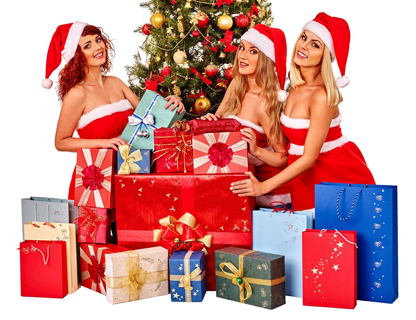 Картинка Новый год Улыбка шапка Девушки Подарки Трое 3 Униформа Рождество улыбается Шапки в шапке девушка молодые женщины молодая женщина подарок подарков три втроем униформе