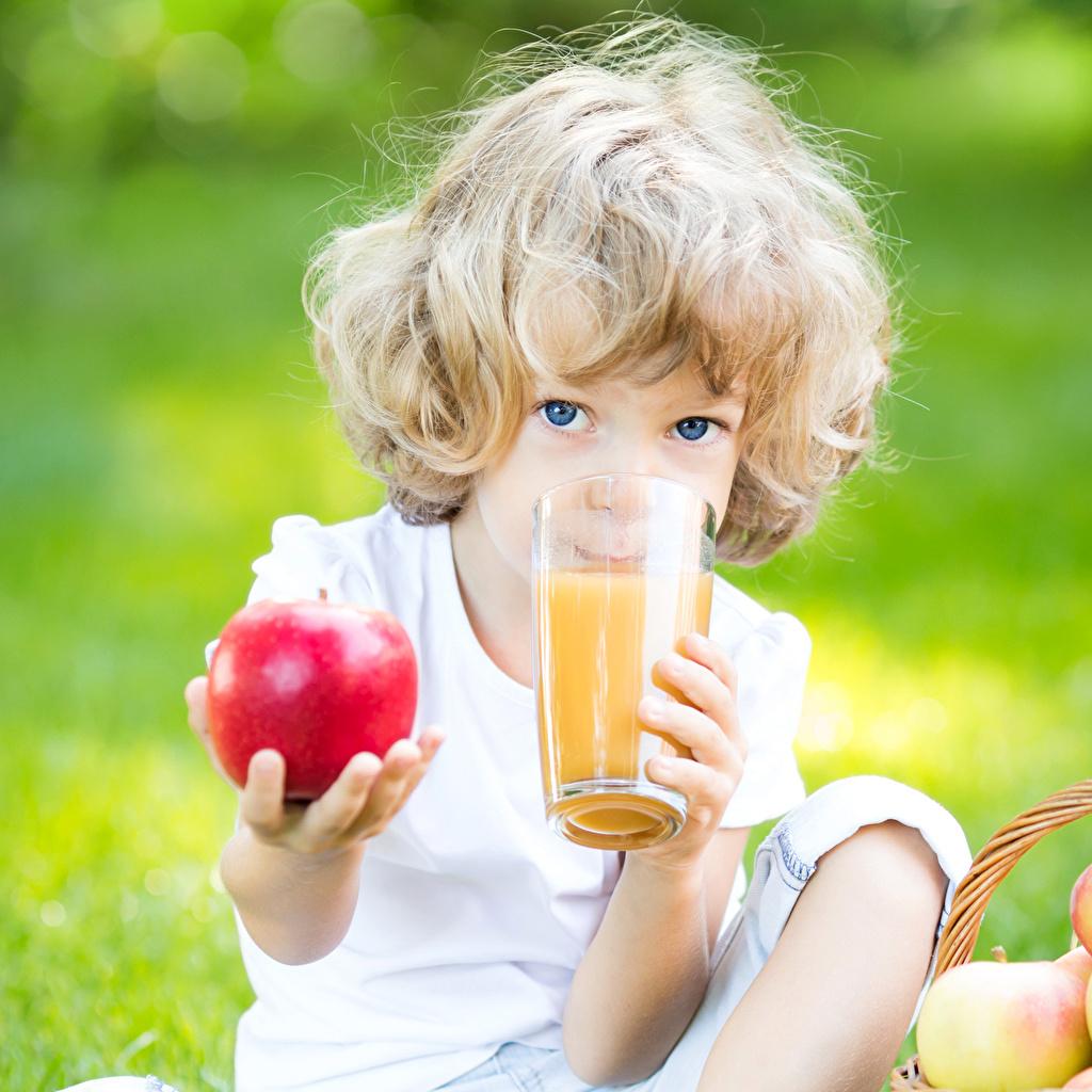 Картинки Девочки блондинок Дети Сок Стакан Яблоки девочка Блондинка блондинки ребёнок стакана стакане