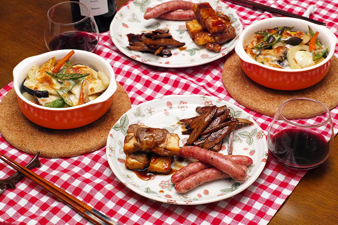 Обои для рабочего стола Вино Колбаса Овощи Бокалы Продукты питания Сервировка Мясные продукты Еда Пища бокал накрытия стола