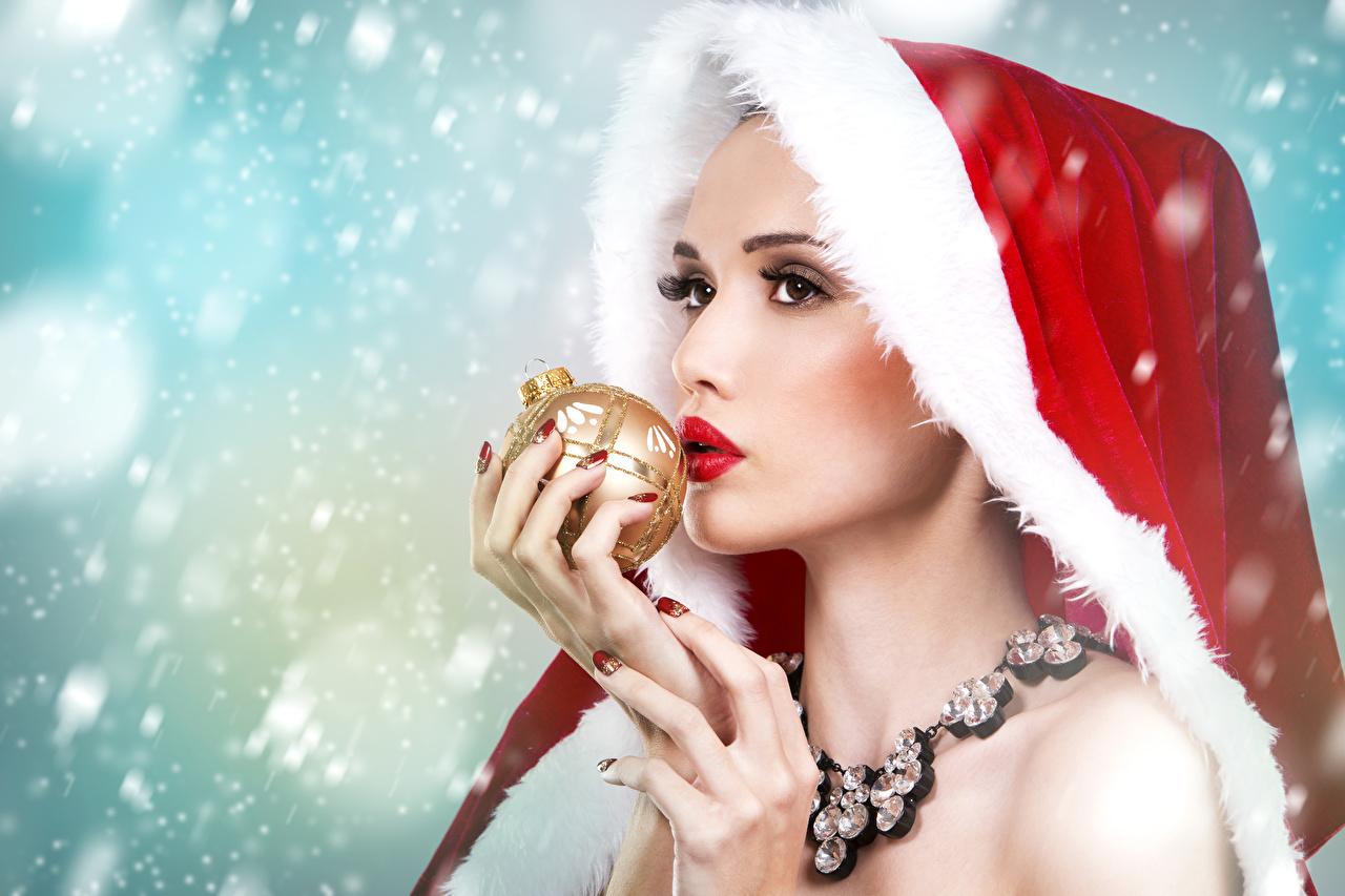Фотография Девушки Новый год Шапки Шарики Пальцы Ожерелье Украшения девушка молодые женщины молодая женщина Рождество Шар шапка в шапке ожерелья ожерельем