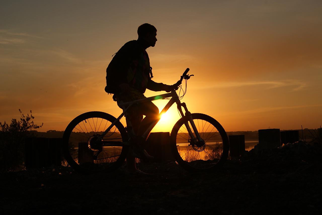 Фотография Мужчины силуэта велосипеды рассвет и закат Сбоку мужчина Силуэт силуэты Велосипед велосипеде Рассветы и закаты