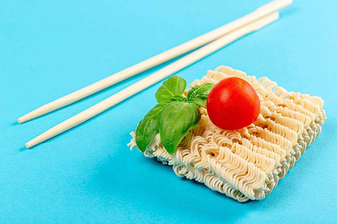 Фотография instant noodles Томаты Базилик душистый Еда Палочки для еды Цветной фон Помидоры Пища Продукты питания