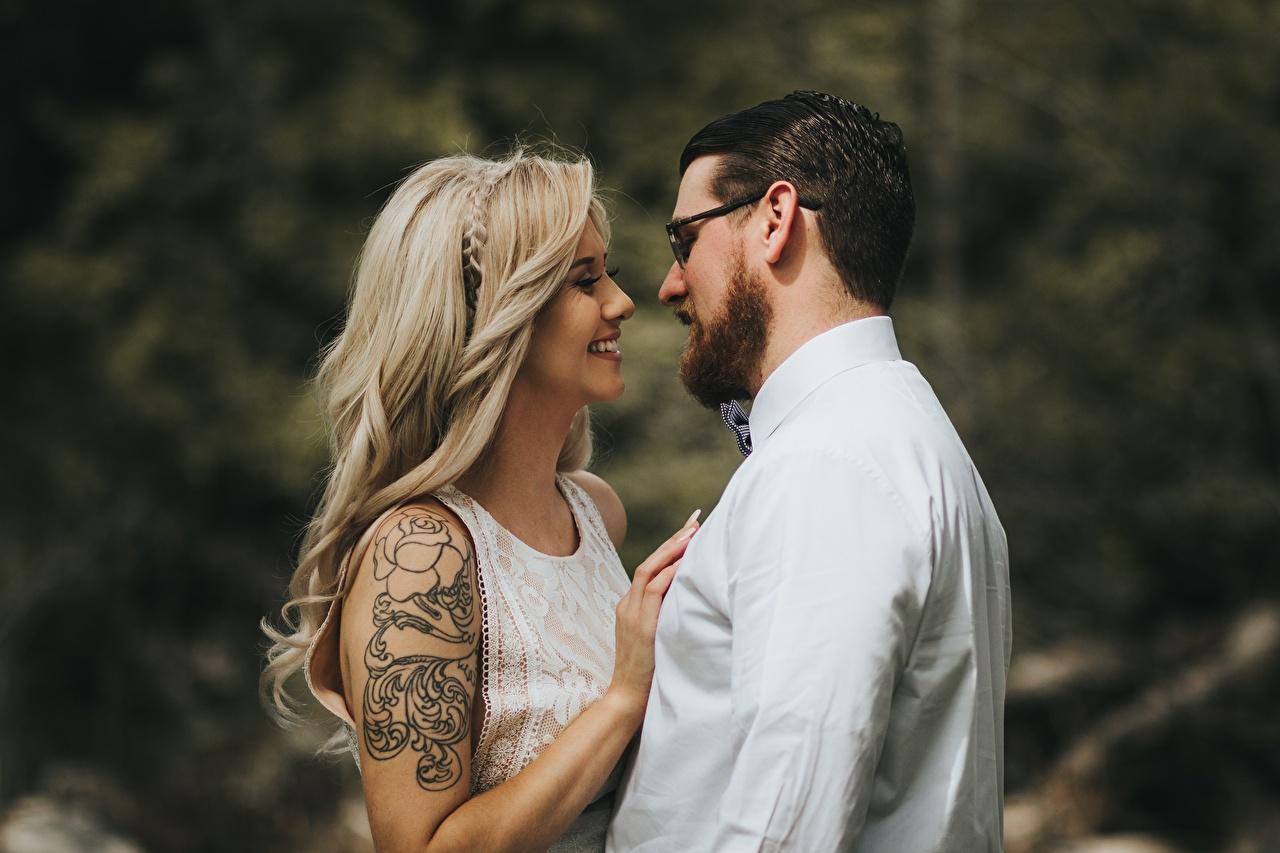 Фотография Татуировки Блондинка Мужчины любовники Улыбка 2 Девушки Очки тату Влюбленные пары Двое вдвоем