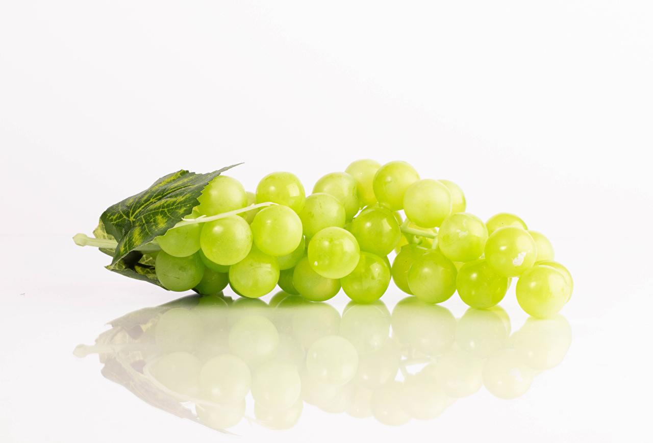 Картинка Виноград отражении Еда белым фоном Отражение отражается Пища Продукты питания Белый фон белом фоне