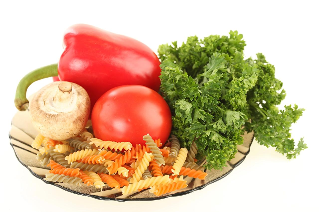 Фото Макароны Помидоры Грибы Перец Овощи Продукты питания белом фоне Томаты Еда Пища перец овощной Белый фон белым фоном