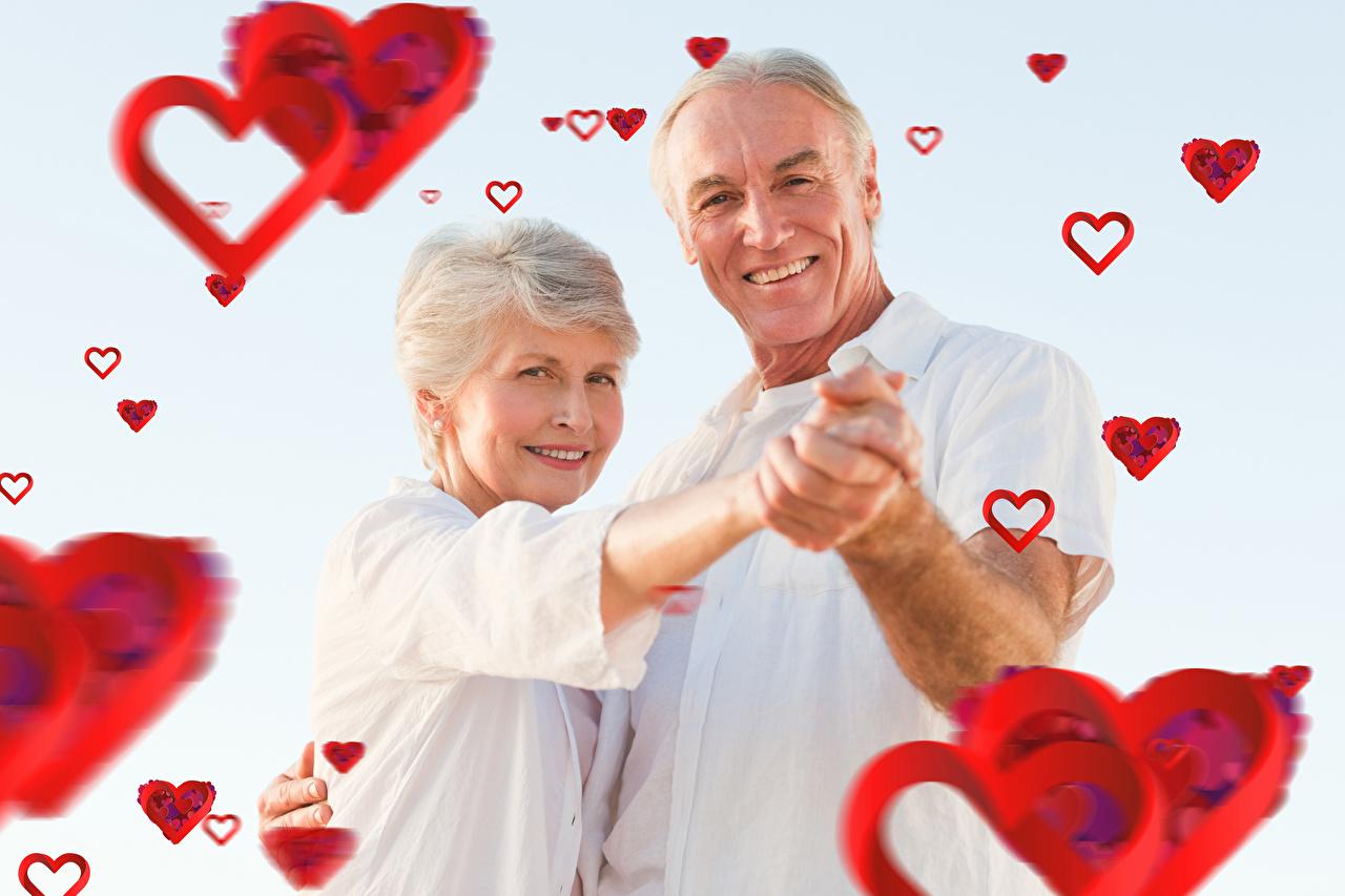 Картинки сердечко День святого Валентина Мужчины вдвоем улыбается woman Любовь Серый фон Женщина серце сердца Сердце День всех влюблённых 2 две два Двое Улыбка сером фоне женщины