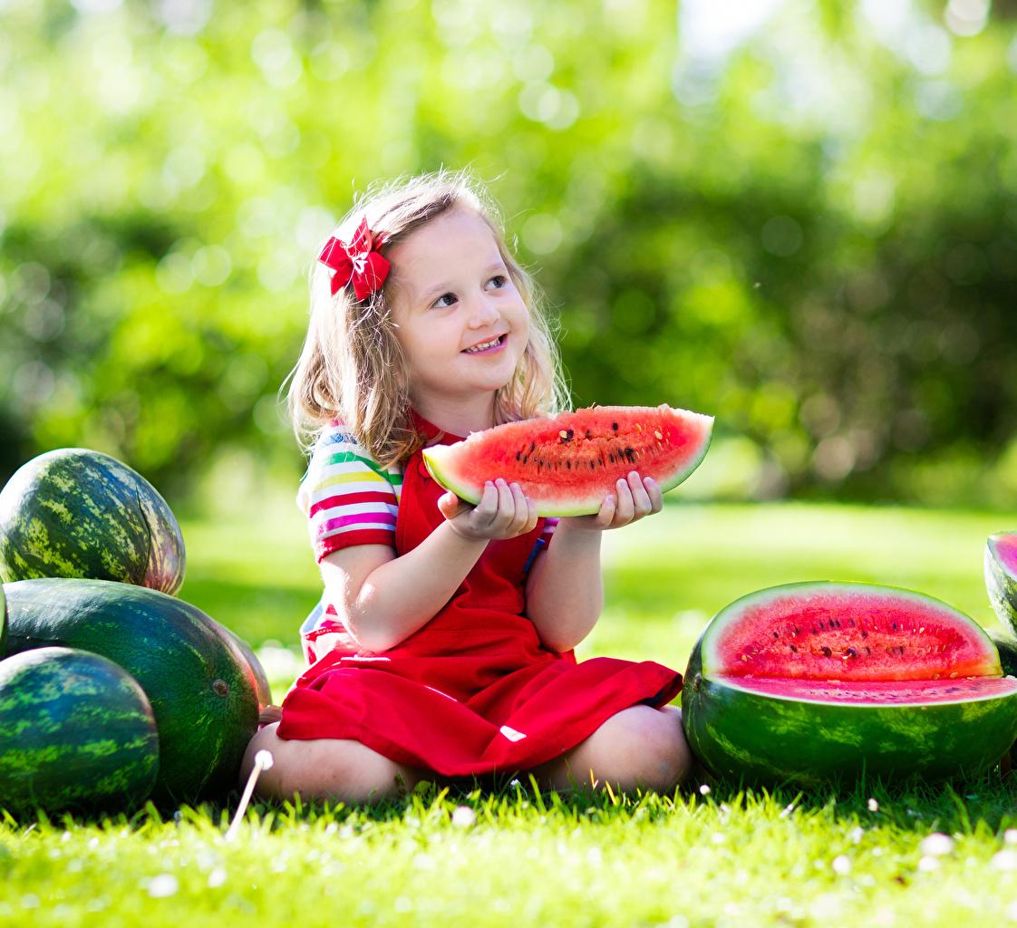 Обои для рабочего стола Девочки Улыбка Дети Арбузы кусочки траве девочка улыбается ребёнок часть Кусок кусочек Трава
