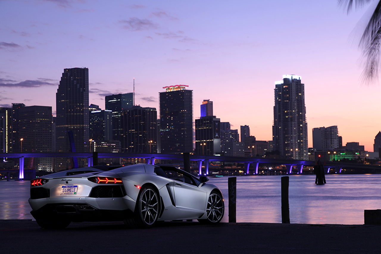 Фотография Lamborghini 2012 Aventador LP700-4 roadster Родстер дорогие авто Сзади Города Ламборгини дорогая дорогой люксовые роскошная роскошный Роскошные машина машины вид сзади автомобиль Автомобили город