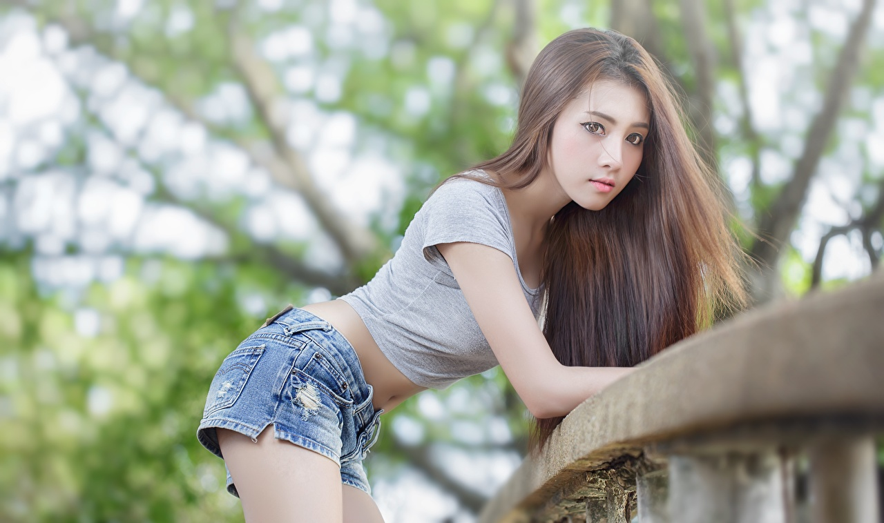 Фото Шатенка Размытый фон Поза Девушки азиатки Шорты смотрят шатенки боке позирует девушка молодая женщина молодые женщины Азиаты азиатка шорт шортах Взгляд смотрит