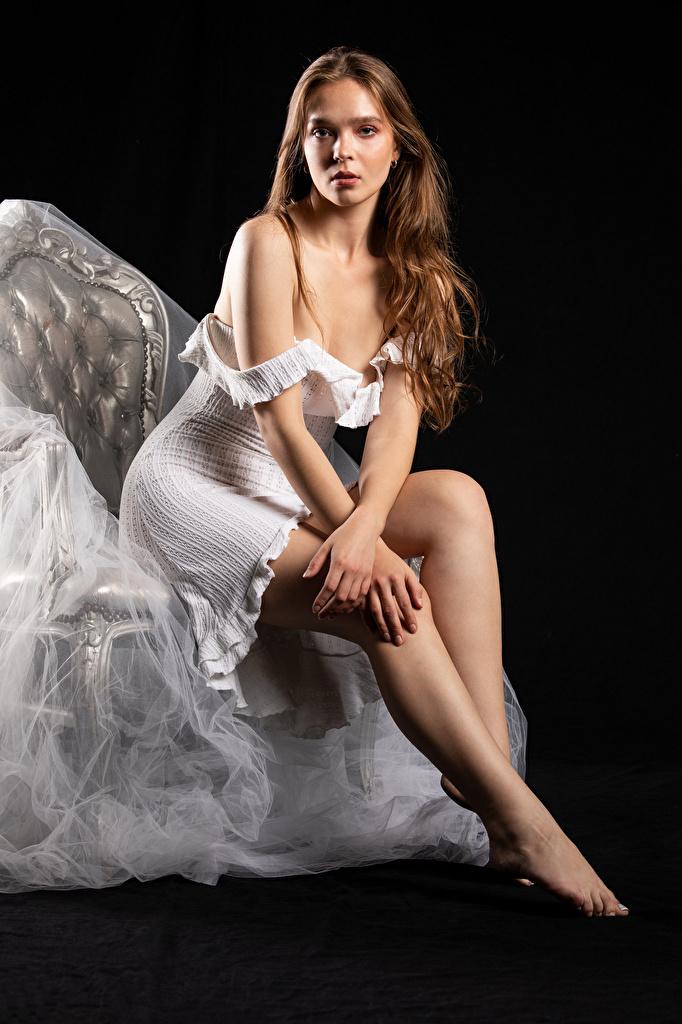Фотография Silvy Sirius фотомодель Поза Девушки Ноги сидя Кресло смотрят Платье  для мобильного телефона Модель позирует девушка молодая женщина молодые женщины ног Сидит сидящие Взгляд смотрит платья