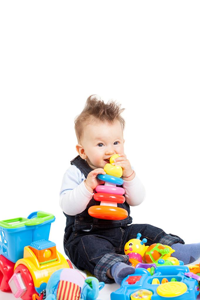 Обои для рабочего стола Мальчики Младенцы Дети игрушка белом фоне мальчик младенца младенец мальчишки мальчишка грудной ребёнок ребёнок Игрушки Белый фон белым фоном