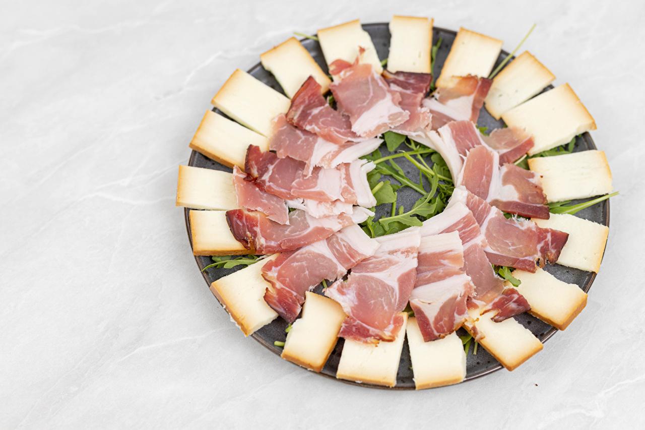 Картинки Сыры Ветчина Еда нарезка сером фоне Пища Продукты питания Нарезанные продукты Серый фон