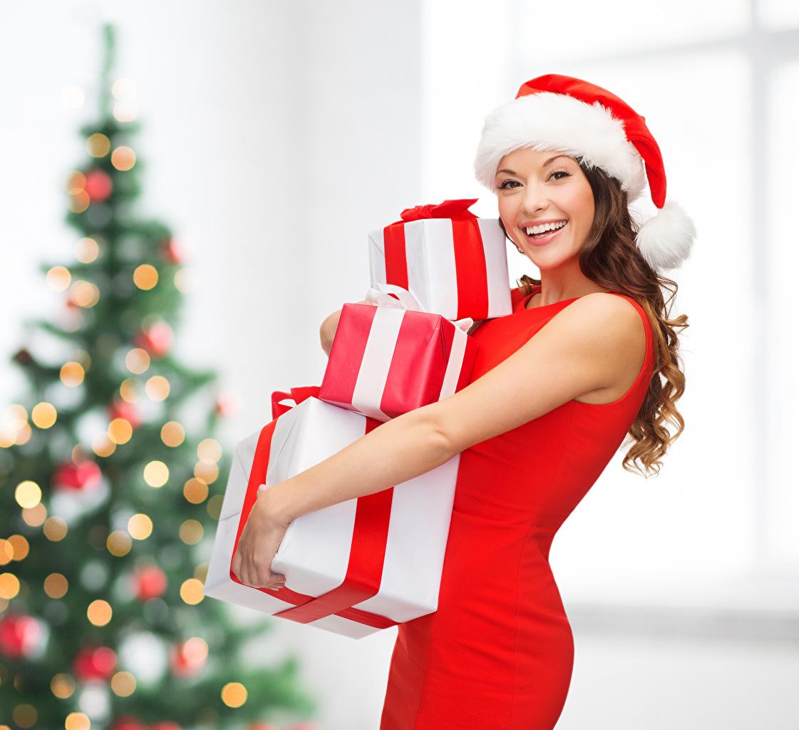 Картинка Шатенка Рождество счастливая в шапке Девушки Подарки смотрит шатенки Новый год Радость счастье радостная радостный счастливые счастливый Шапки шапка девушка молодые женщины молодая женщина подарок подарков Взгляд смотрят