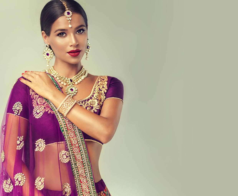 Фотография Девушки Индийские Ожерелье Цветной фон серег брюнетки Украшения рука ожерелья ожерельем Серьги брюнеток Брюнетка Руки