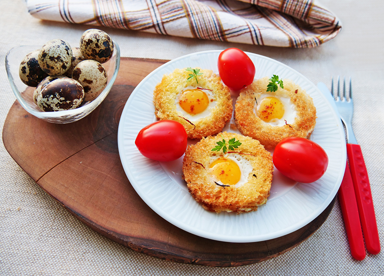Картинки Яйца Яичница Томаты Хлеб Еда втроем Тарелка Помидоры Пища Трое 3 Продукты питания