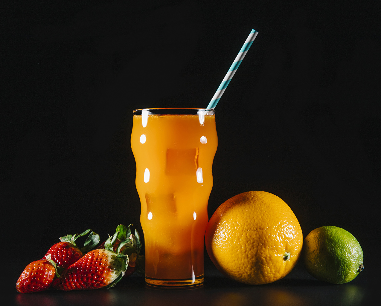 Фотографии Сок Лайм Апельсин стакана Клубника Продукты питания Черный фон Стакан стакане Еда Пища