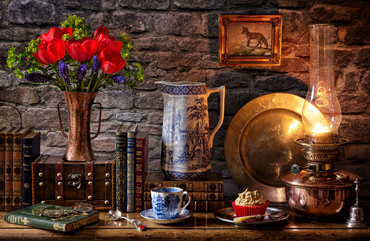Картинка тюльпан Керосиновая лампа цветок кувшины Еда вазе Книга чашке Пирожное Натюрморт Тюльпаны Цветы Кувшин Ваза вазы Пища книги Чашка Продукты питания