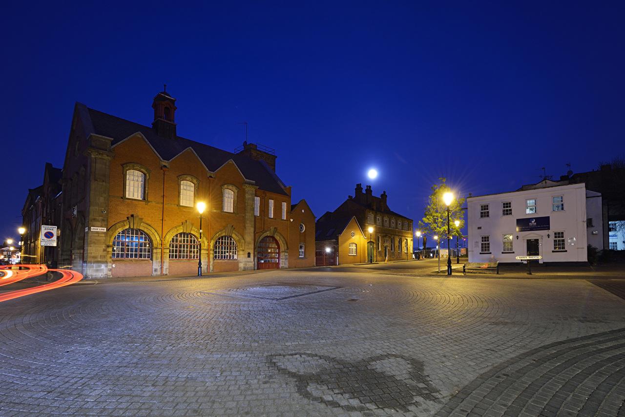 Фотография Англия городской площади Dayus Square Birmingham луной в ночи Уличные фонари Дома Города Городская площадь Луна луны Ночь ночью Ночные город Здания