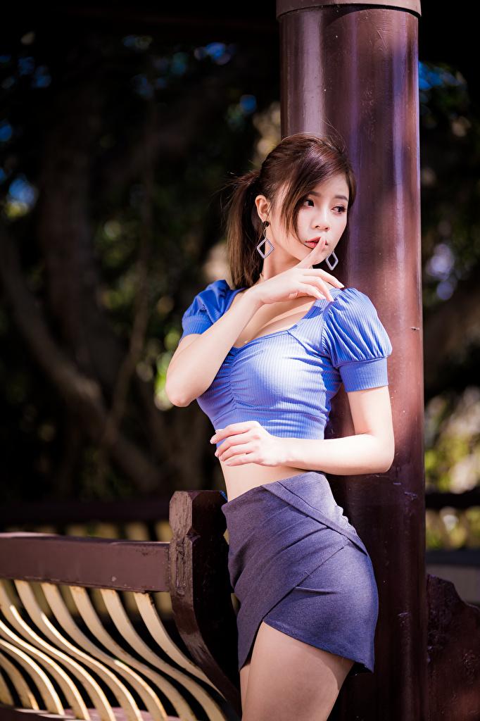 Обои для рабочего стола юбки Шатенка Жест позирует Блузка девушка азиатки Руки  для мобильного телефона Юбка юбке шатенки жесты Поза Девушки молодая женщина молодые женщины Азиаты азиатка рука