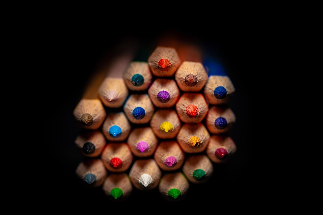 Фото Карандаши Разноцветные Много вблизи на черном фоне карандаш карандаша карандашей Черный фон Крупным планом