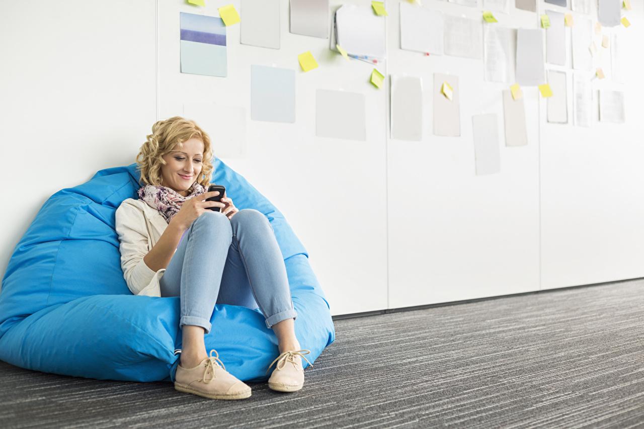 Фотография Блондинка Улыбка Девушки Ноги Сидит сидящие