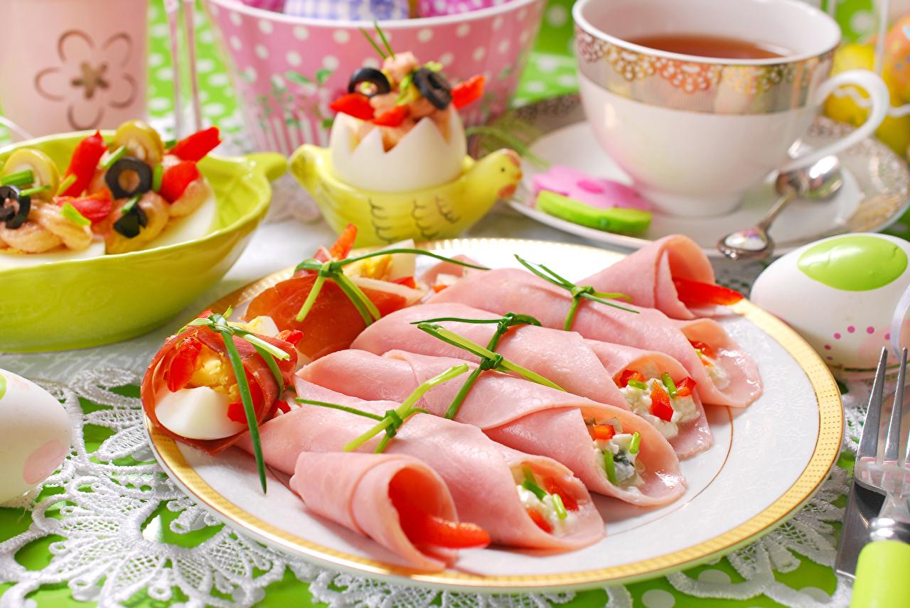 Фотографии Пасха яйцами Колбаса Еда Тарелка Праздники яиц яйцо Яйца Пища тарелке Продукты питания