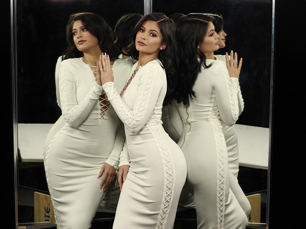Обои для рабочего стола брюнетки Kylie Jenner Поза девушка отражается Руки смотрят Знаменитости платья Брюнетка брюнеток позирует Девушки молодая женщина молодые женщины отражении Отражение рука Взгляд смотрит Платье