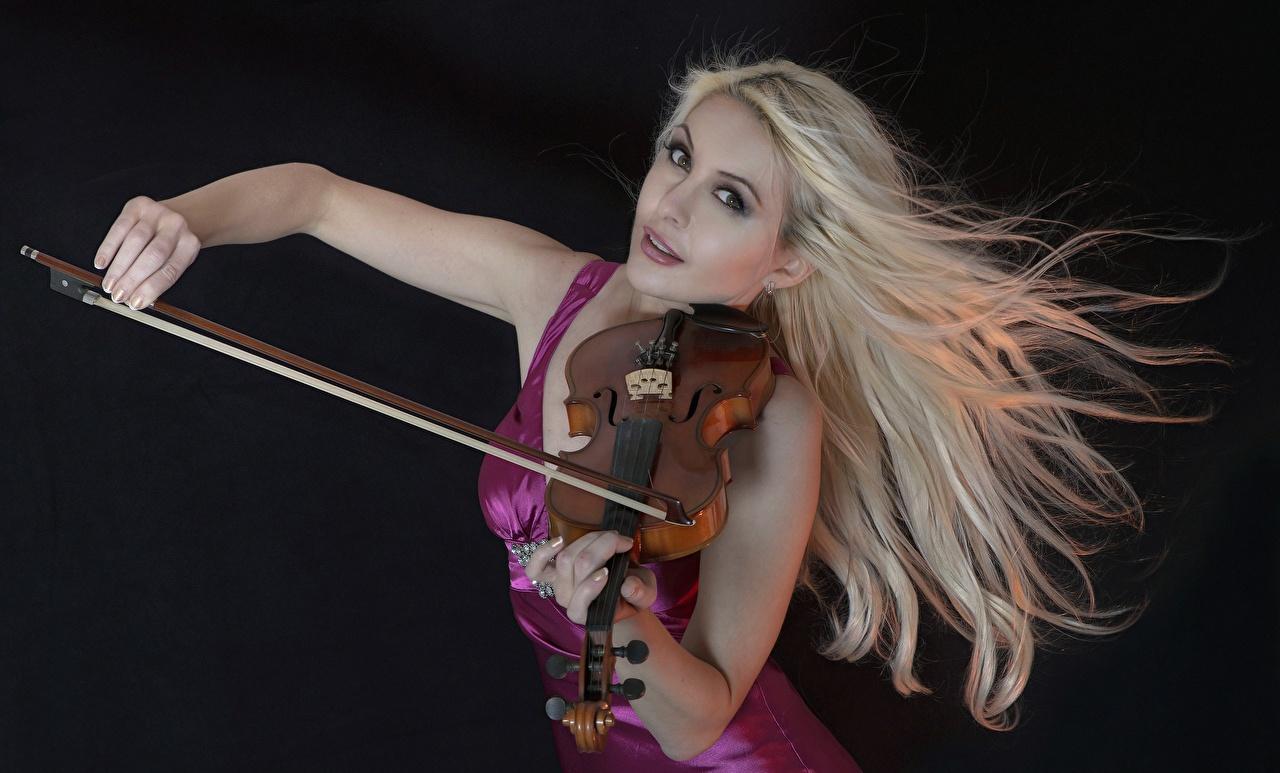 Обои для рабочего стола скрипка Блондинка молодая женщина Черный фон Скрипки блондинки блондинок девушка Девушки молодые женщины на черном фоне