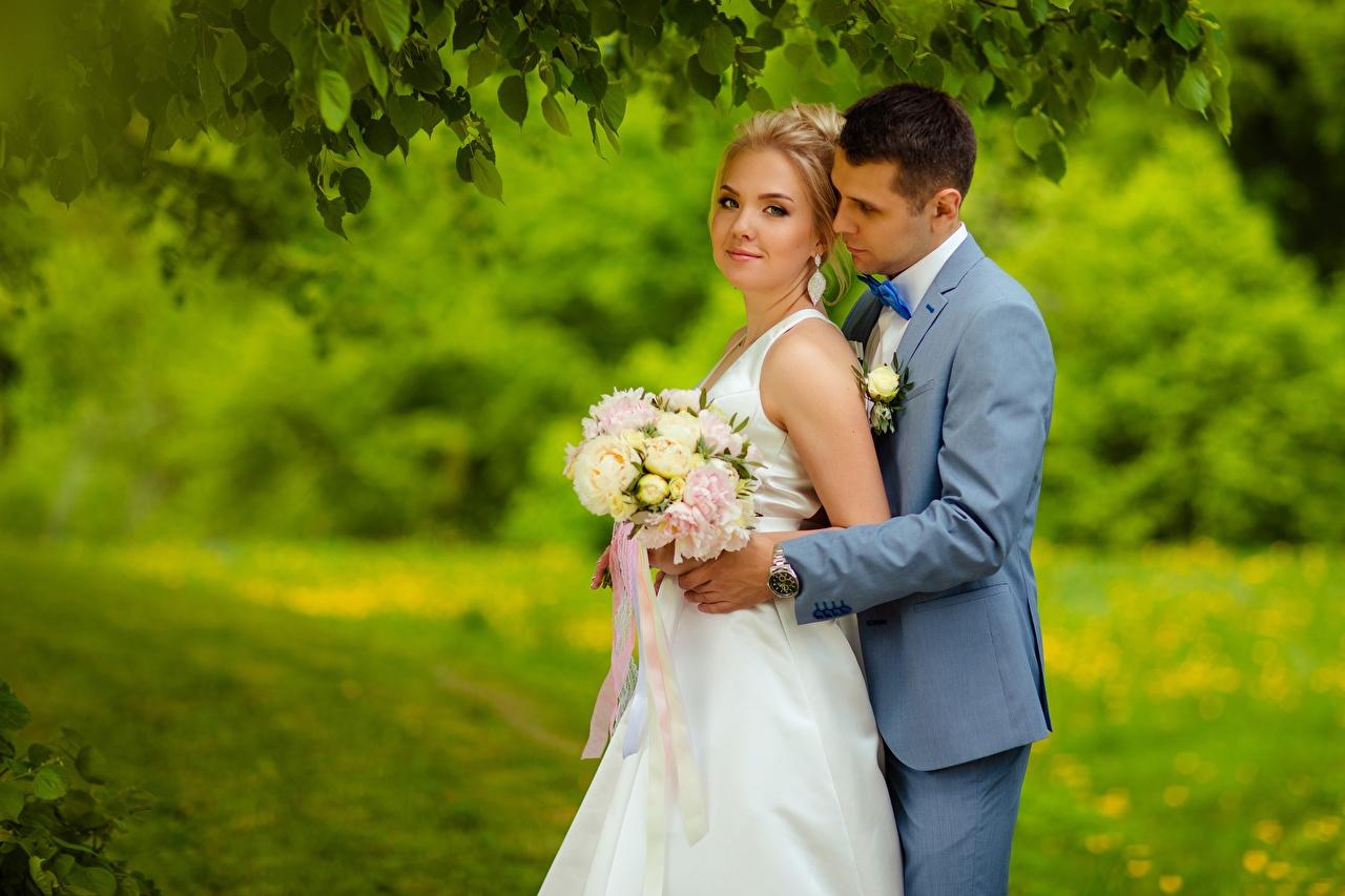 Картинка Жених Невеста Блондинка Мужчины Букеты Двое Девушки 2 вдвоем