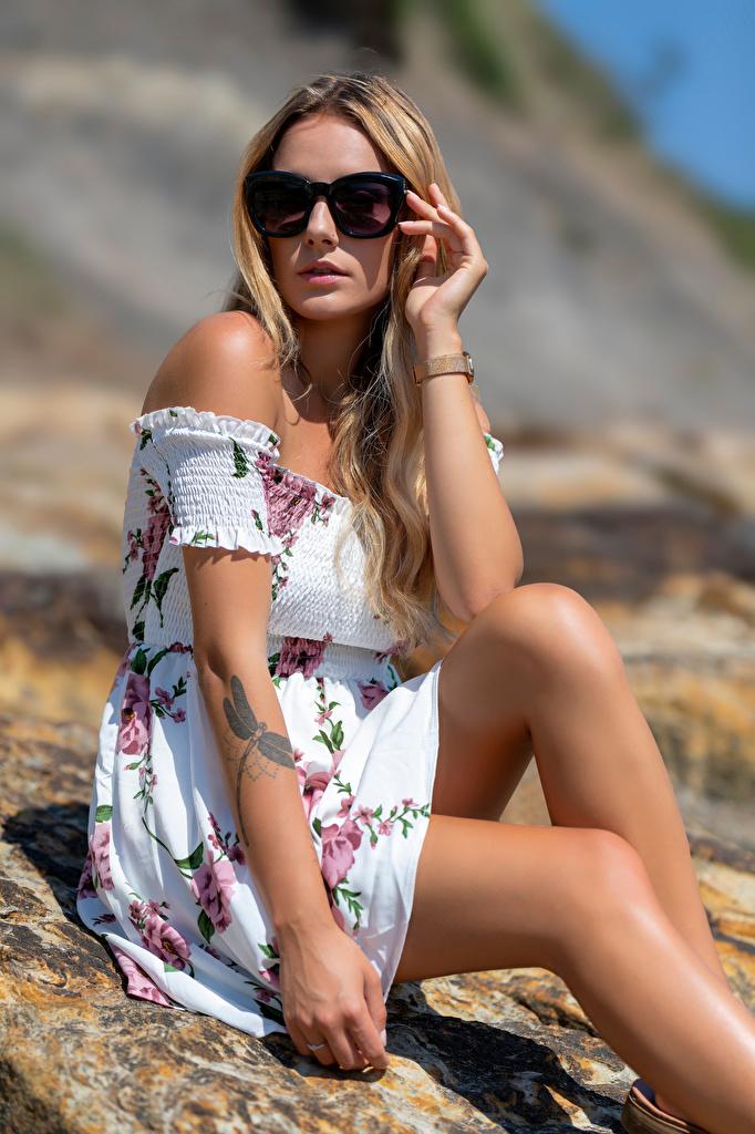 Фото блондинки Wikky девушка ног Очки Взгляд платья  для мобильного телефона Блондинка блондинок Девушки молодая женщина молодые женщины Ноги очков очках смотрит смотрят Платье
