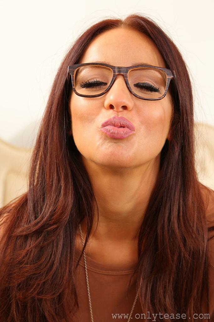 Фото Chicane only шатенки поцелуи молодые женщины очках  для мобильного телефона Шатенка целует Поцелуй целование целоваться девушка Девушки молодая женщина Очки очков