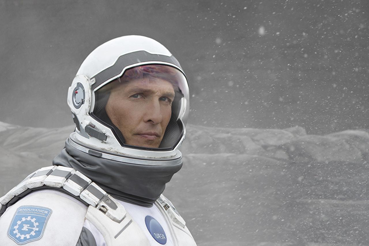 Обои для рабочего стола Интерстеллар Matthew McConaughey космонавт Фэнтези кино Знаменитости Мэттью МакКонахи астронавт Космонавты Фантастика Фильмы