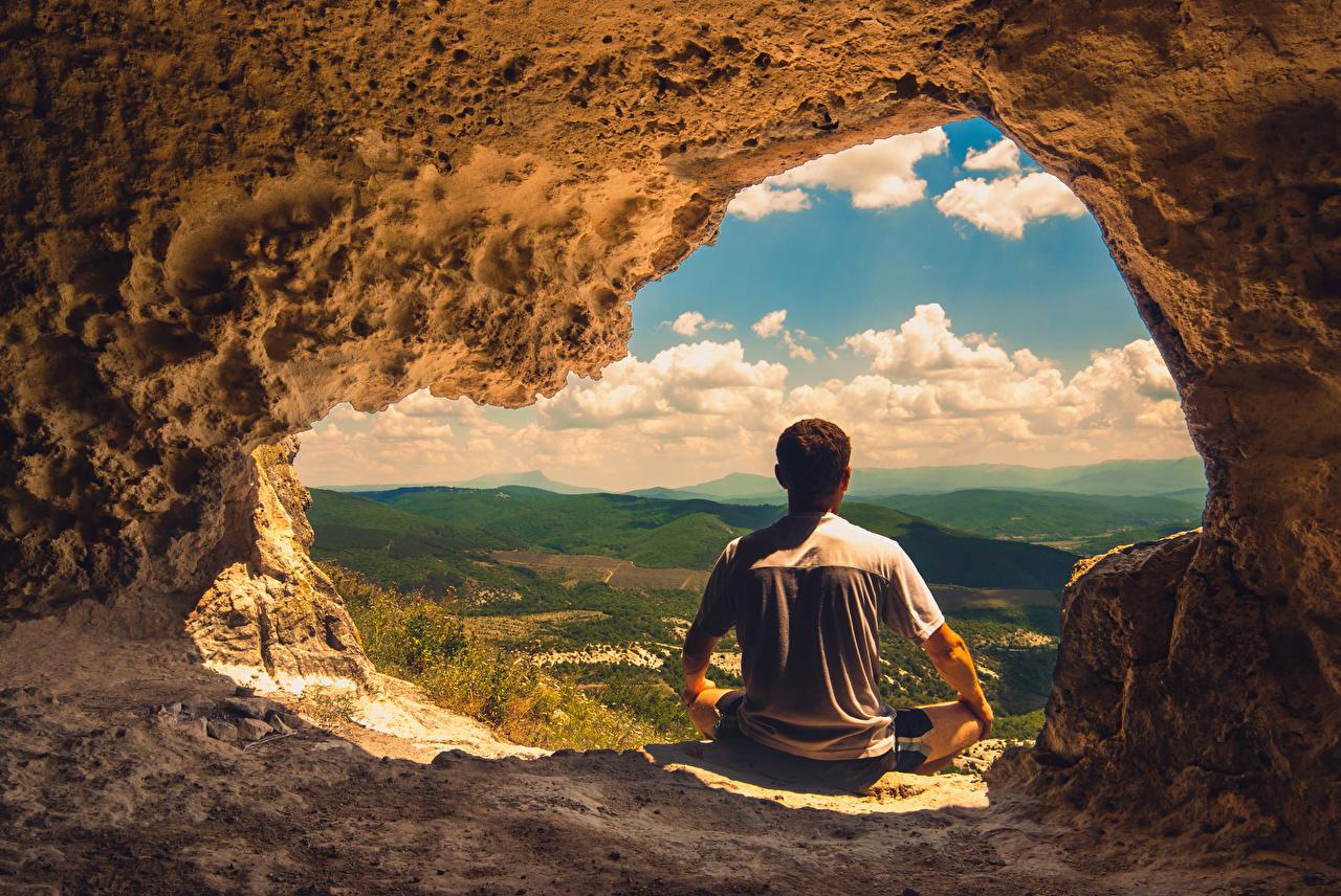 Картинка Мужчины Пещера Природа сидя Сзади мужчина пещеры пещере Сидит сидящие вид сзади