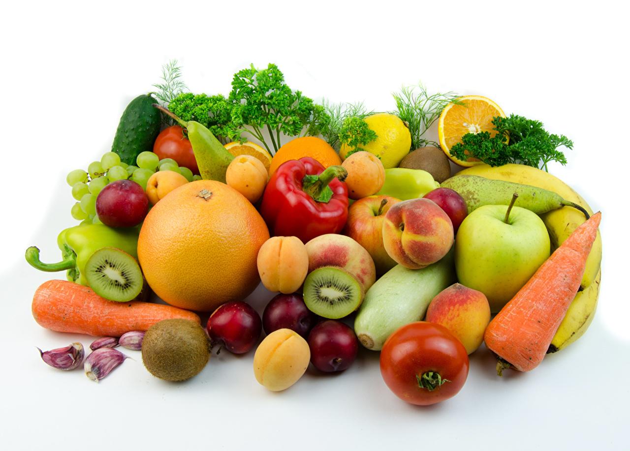 Картинка Сливы Яблоки Персики Пища Перец Овощи Фрукты Белый фон Цитрусовые Еда Продукты питания