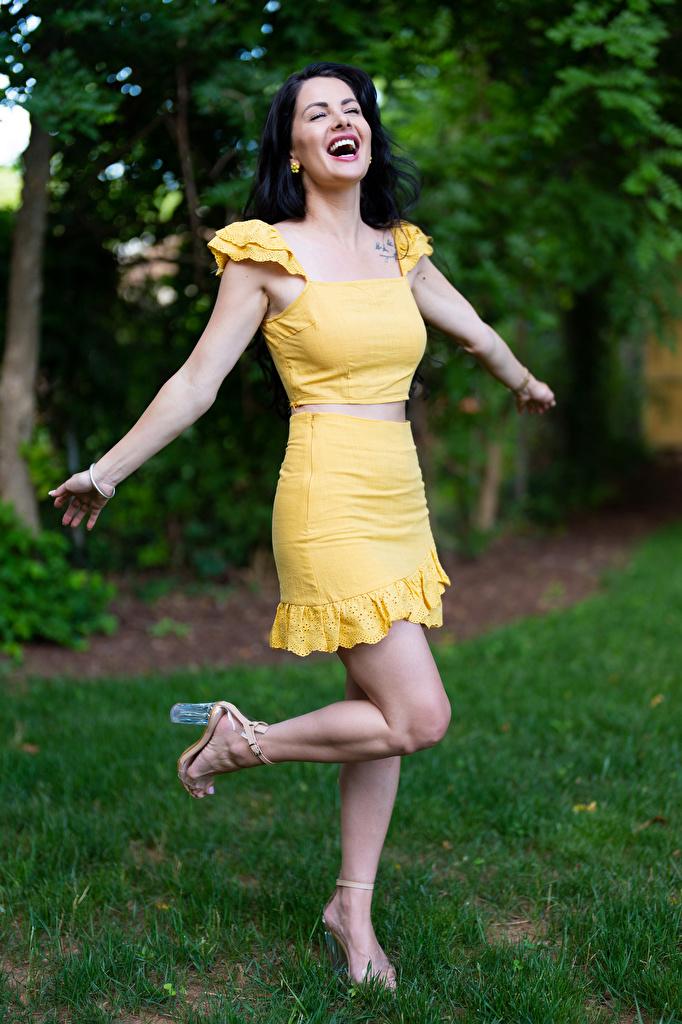 Фотография Victoria Bell Брюнетка счастливая Поза молодая женщина рука  для мобильного телефона брюнетки брюнеток счастье Радость радостный радостная счастливые счастливый позирует девушка Девушки молодые женщины Руки