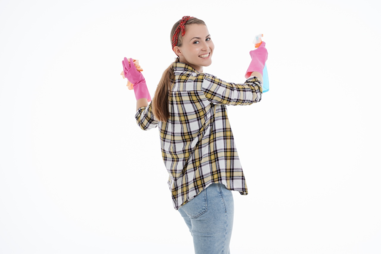 Фотография Шатенка Уборщица Улыбка Перчатки рубашки молодые женщины Джинсы рука смотрит белым фоном шатенки улыбается перчатках рубашке Рубашка девушка Девушки молодая женщина джинсов Руки Взгляд смотрят Белый фон белом фоне