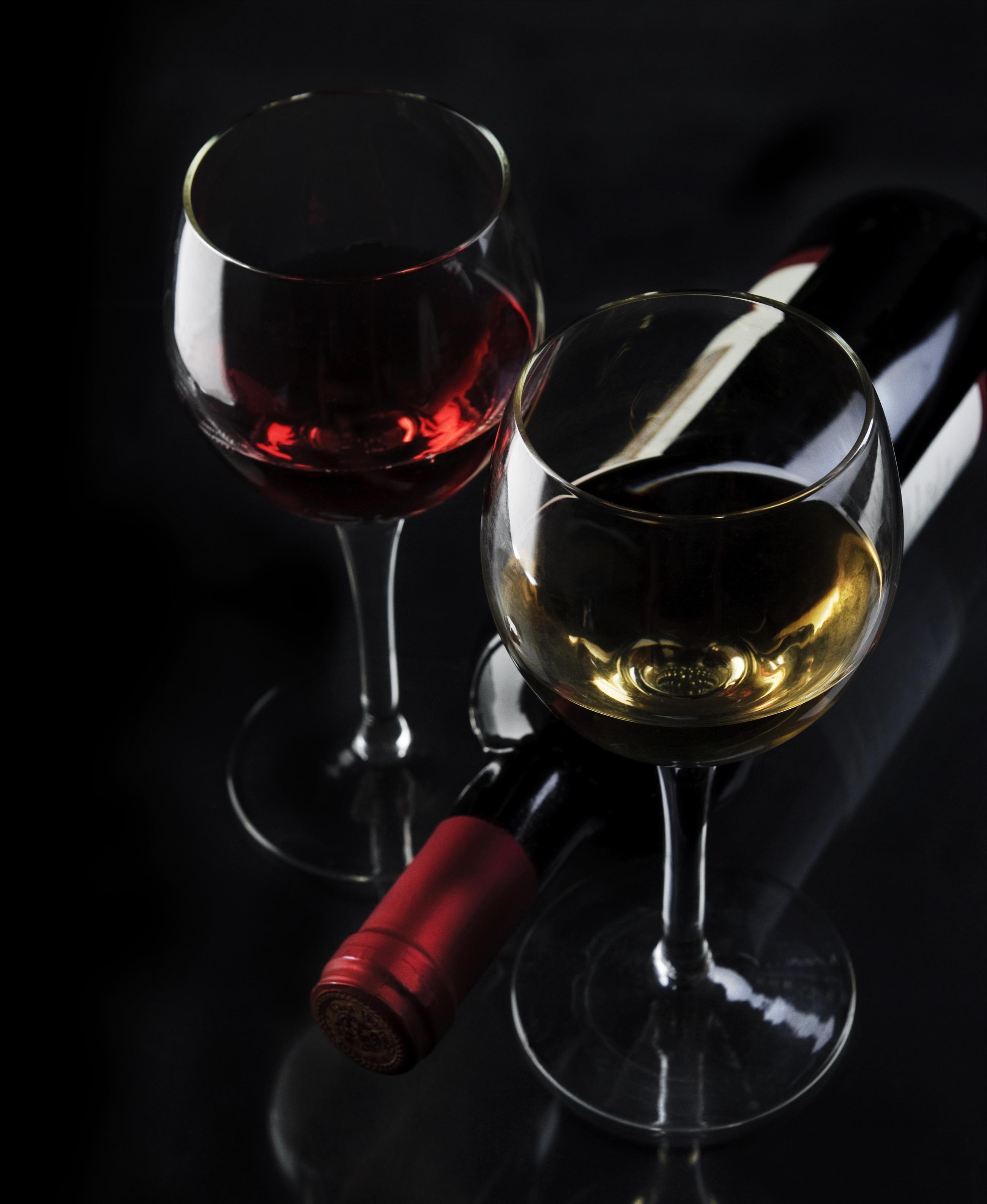 Обои Вино Пища Бокалы бутылки на черном фоне Еда бокал Бутылка Продукты питания Черный фон