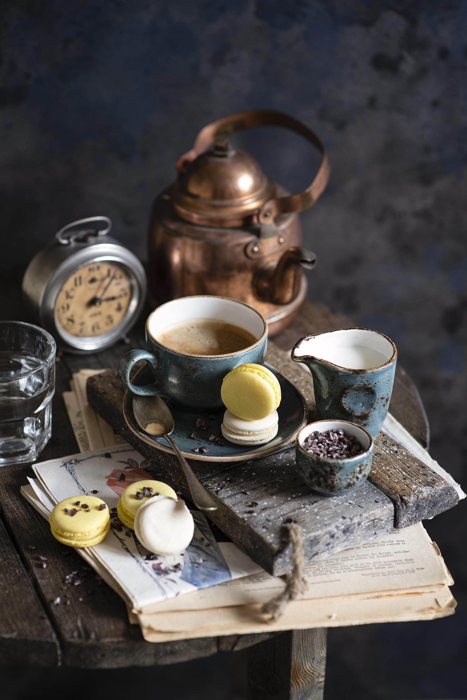 Картинки Молоко Макарон Кофе Часы Капучино Чайник Еда Чашка Натюрморт  для мобильного телефона Пища чашке Продукты питания